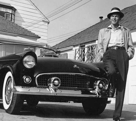Fotografie Worth - Frank Sinatra next to his T-Bird
