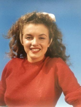 Fotografie De Dienes  - Norma Jean in red (Marilyn Monroe 1945)