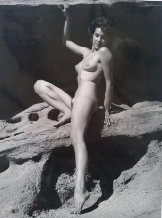Fotografie De Dienes  - Nu assise sur rocher