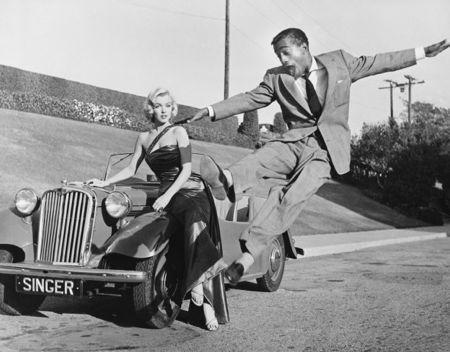 Fotografie Worth - Sammy Davis Jr leaps for Marilyn